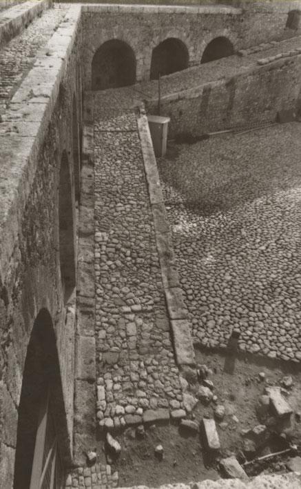 Εικ. 14β. Η αναβάθρα της ακρόπολης κατά τη διάρκεια των έργων αποκατάστασης.