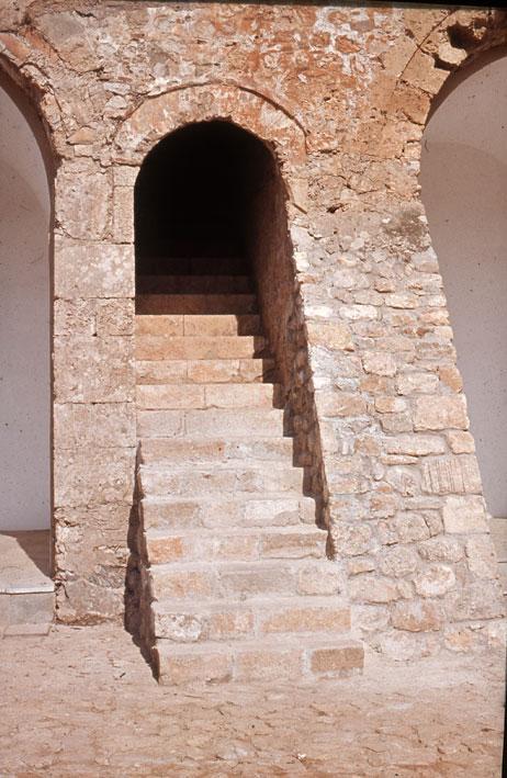 Εικ. 17β. Η απόληξη της εσωτερικής κλίμακας στο λιθόστρωτο του αύλειου χώρου μετά την αποκατάσταση των έξι βαθμίδων που είχαν αφαιρεθεί όταν μετατράπηκε το φρούριο σε φυλακή.