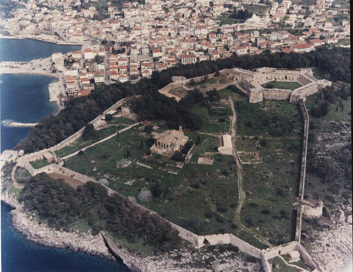 Εικ. 1. Αεροφωτογραφία από τα νοτιοδυτικά του φρουρίου της Πύλου Νιόκαστρου.