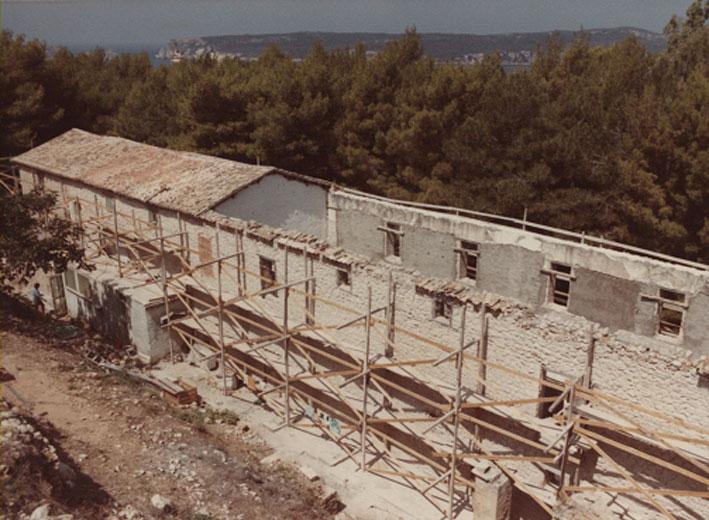 Εικ. 23α. Οι στρατώνες του Maison: Η ανατολική πλευρά του κτηρίου από την οποία λείπει η στέγη.