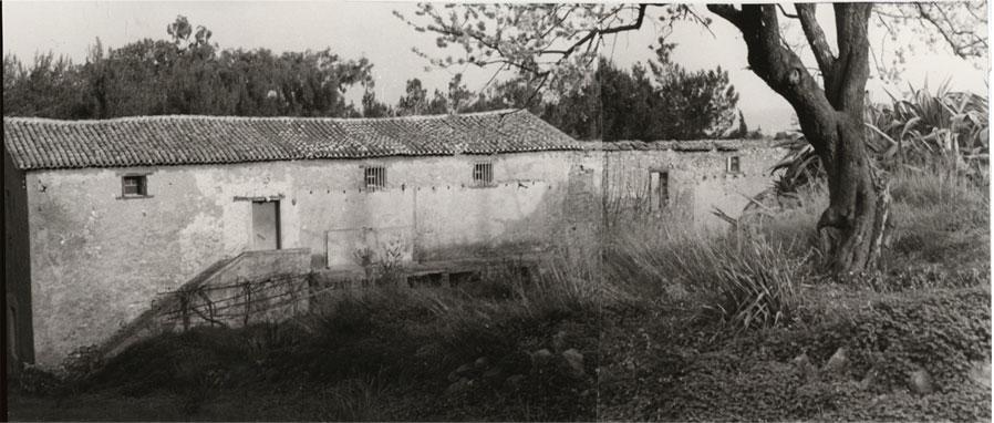 Εικ. 24α. Άλλη όψη της ανατολικής πλευράς των στρατώνων πριν από τα έργα αποκατάστασης.