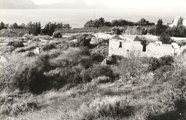 Εικ. 26. Το λεγόμενο κτήριο «του Πασά» στον μεγάλο περίβολο του φρουρίου πριν από την αποκατάστασή του για τη δημιουργία ξυλουργείου και σιδηρουργείου.