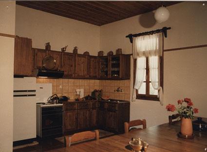 Εικ. 28δ. Στρατώνες του Maison: ξυλοκατασκευές στην βιβλιοθήκη την τραπεζαρία και σε άλλους χώρους όλα προϊόντα του ξυλουργείου του Κέντρου.