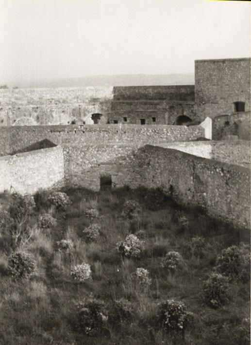 Εικ. 3β.  Όψη  του αύλειου χώρου της ακρόπολης του Νιόκαστρου.