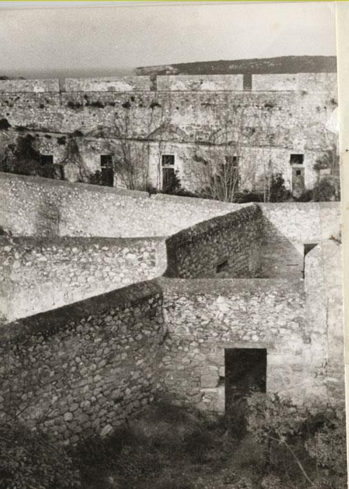 Εικ. 4. Το κεντρικό τμήμα των ακτίνων των φυλακών από τα ανατολικά. Στο βάθος η Σφακτηρία.