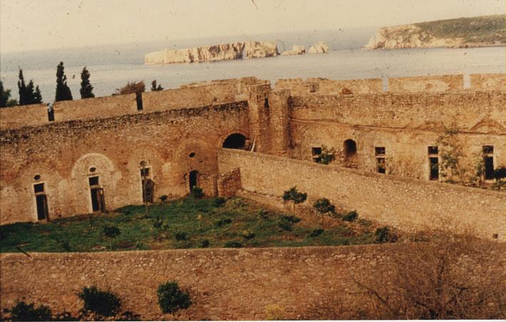 Εικ. 8α. Ακρόπολη πριν από τα έργα: Η ΝΔ γωνία του αύλειου χώρου με τους υψηλούς διαχωριστικούς τοίχους των ακτίνων. Στο βάθος το νότιο άκρο της Σφακτηρίας.