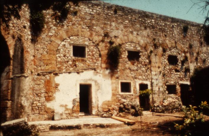 8β. Tυπική εικόνα της φραγής των τοξοστοιχιών της ακρόπολης του φρουρίου για τη μετατροπή τους σε κελιά.