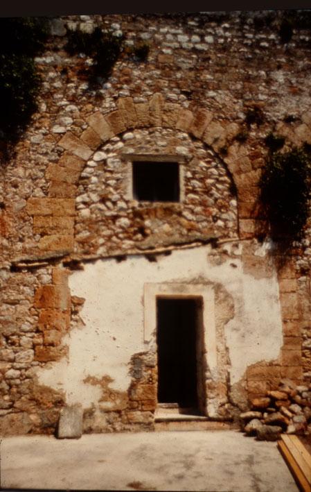 8γ. Tυπική εικόνα της φραγής των τοξοστοιχιών της ακρόπολης του φρουρίου για τη μετατροπή τους σε κελιά.
