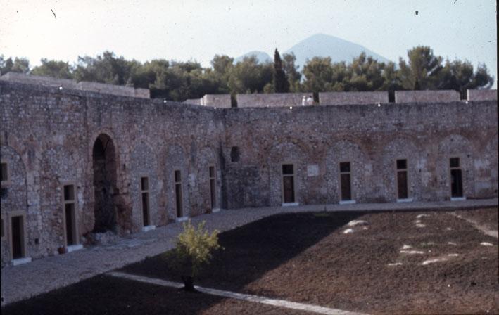 Εικ. 9. Η ΝΑ γωνία του αύλειου χώρου της ακρόπολης μετά τα έργα. Στα κελιά οργανώθηκαν εργαστήρια έφυδρου ξύλου και κεραμικής.