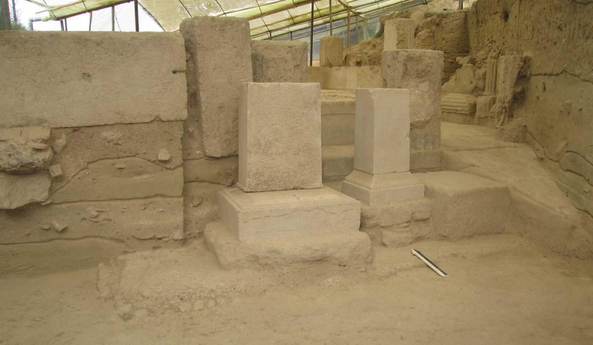 Εικ. 17. Τρία βάθρα στηλών στην πρόσοψη του ναού.