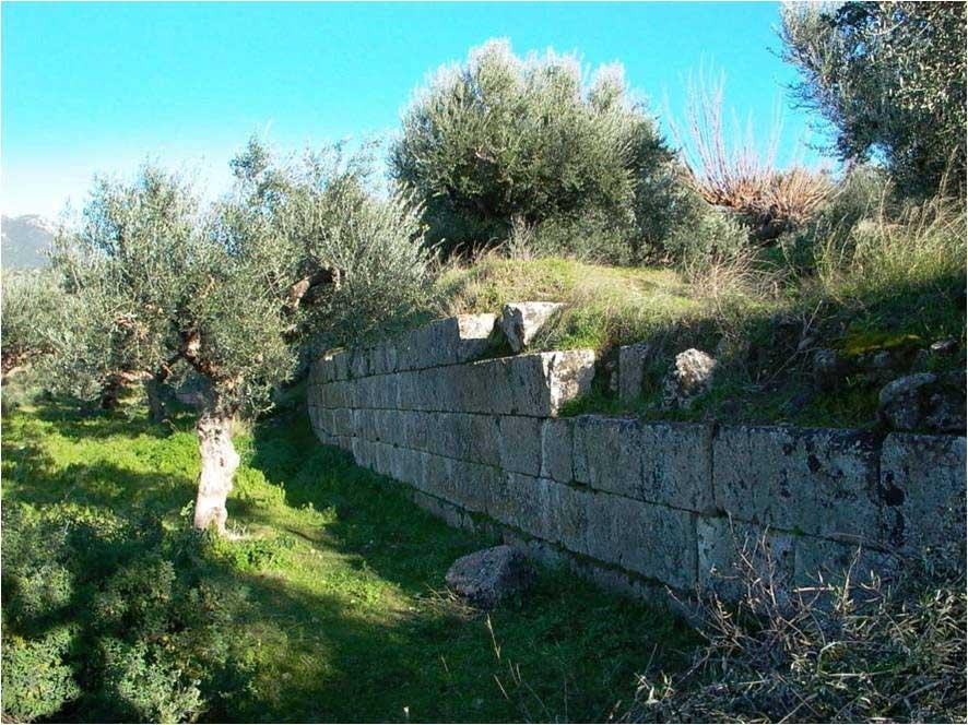 Εικ. 2. Άποψη τμήματος του τείχους της αρχαίας ακρόπολης της Θουρίας.