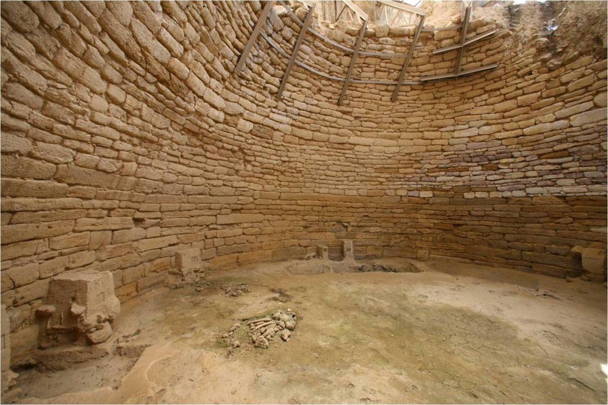 Εικ. 4. Ηγεμονικός θολωτός μυκηναϊκός τάφος στην Άνθεια.