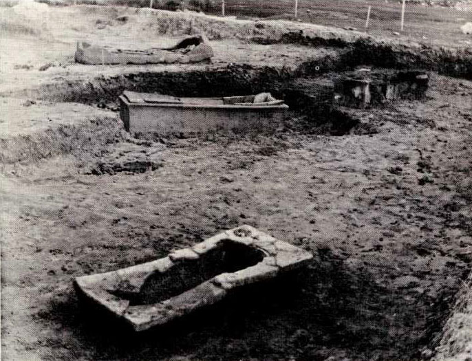 Πήλινες σαρκοφάγοι στο νεκροταφείο της αρχαίας Δίκαιας.