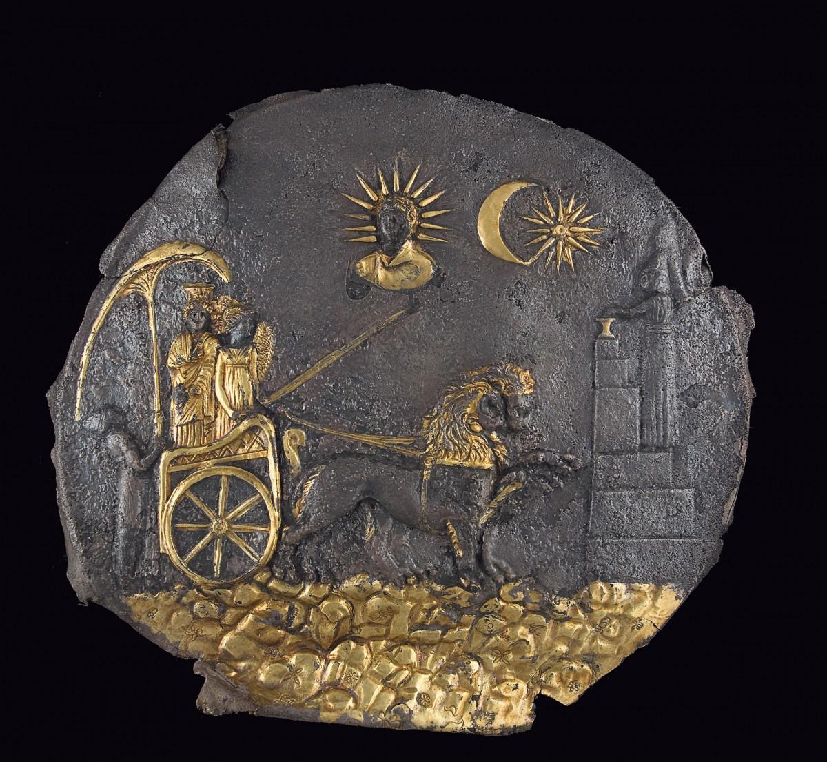Η θεά Κυβέλη σε δίσκο από ασήμι, με λεπτομέρειες από φύλλο χρυσού. Αϊ Χανούμ, περ. 200 π.Χ.