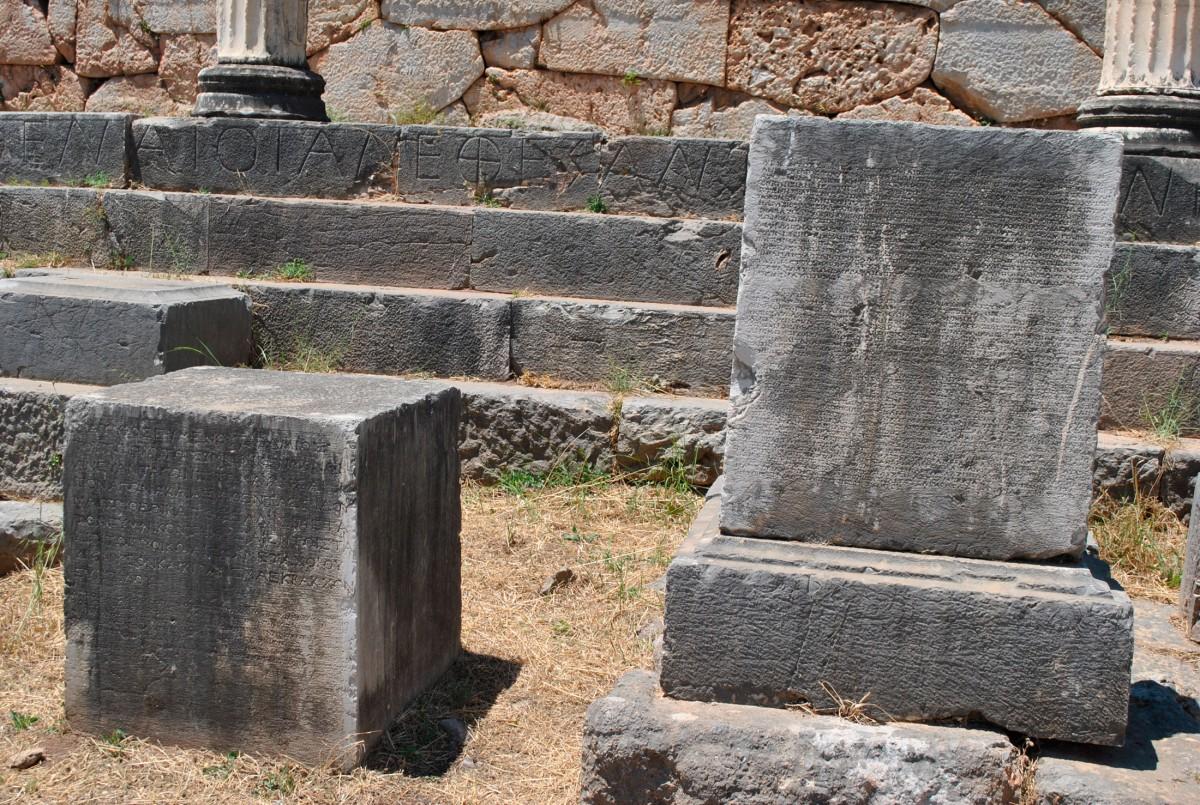 Εικ. 3. Ενεπίγραφες αγαλματικές βάσεις εμπρός από τη Στοά των Αθηναίων.