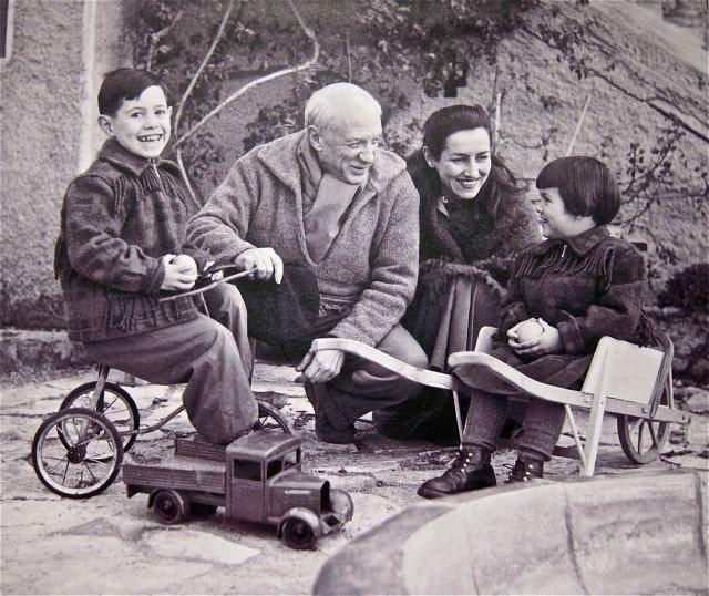 Ο Πάμπλο Πικάσο με τη συντροφό του Φρανσουά Ζιλό και τα παιδιά τους, Κλοντ και Παλόμα, στις αρχές της δεκαετίας του '50.
