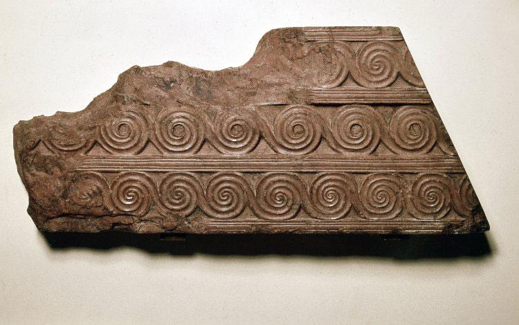 Ανάγλυφο τμήμα ερυθρού λίθου (rosso antico), από την πρόσοψη του Θησαυρού του Ατρέως. 1350-1250 π.Χ. Βρετανικό Μουσείο, Λονδίνο.