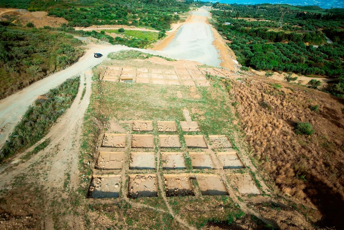 Εικ. 1. Άποψη ανασκαφών στην περιοχή της Μακύνειας.