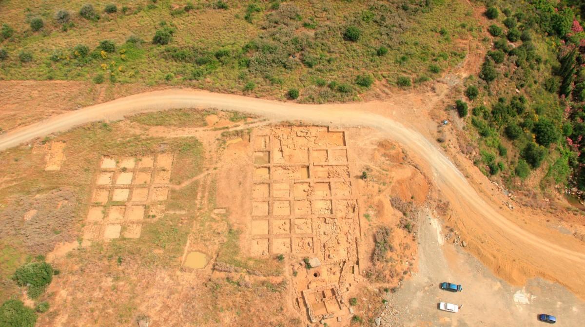 Εικ. 2. Οικιστικά κατάλοιπα στην περιοχή της Μακύνειας.