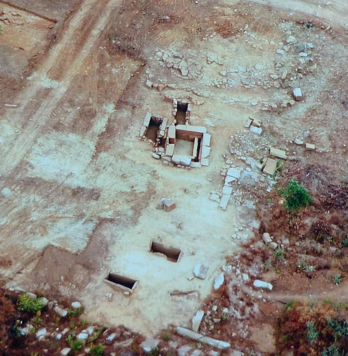 Εικ. 7. Άποψη τμήματος του νεκροταφείου στην περιοχή της Καλυδώνας.