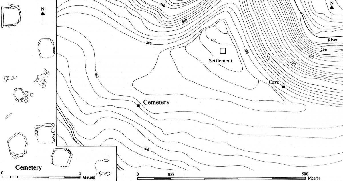 Εικ. 3. Τα Θαρρούνια Ευβοίας, τα δύο νεκροταφεία και ο οικισμός. Στα αριστερά λεπτομέρεια των τάφων του νεκροταφείου εκτός σπηλαίου (σχεδίαση Cavanagh / Mee 1998, εικ. 2.6).