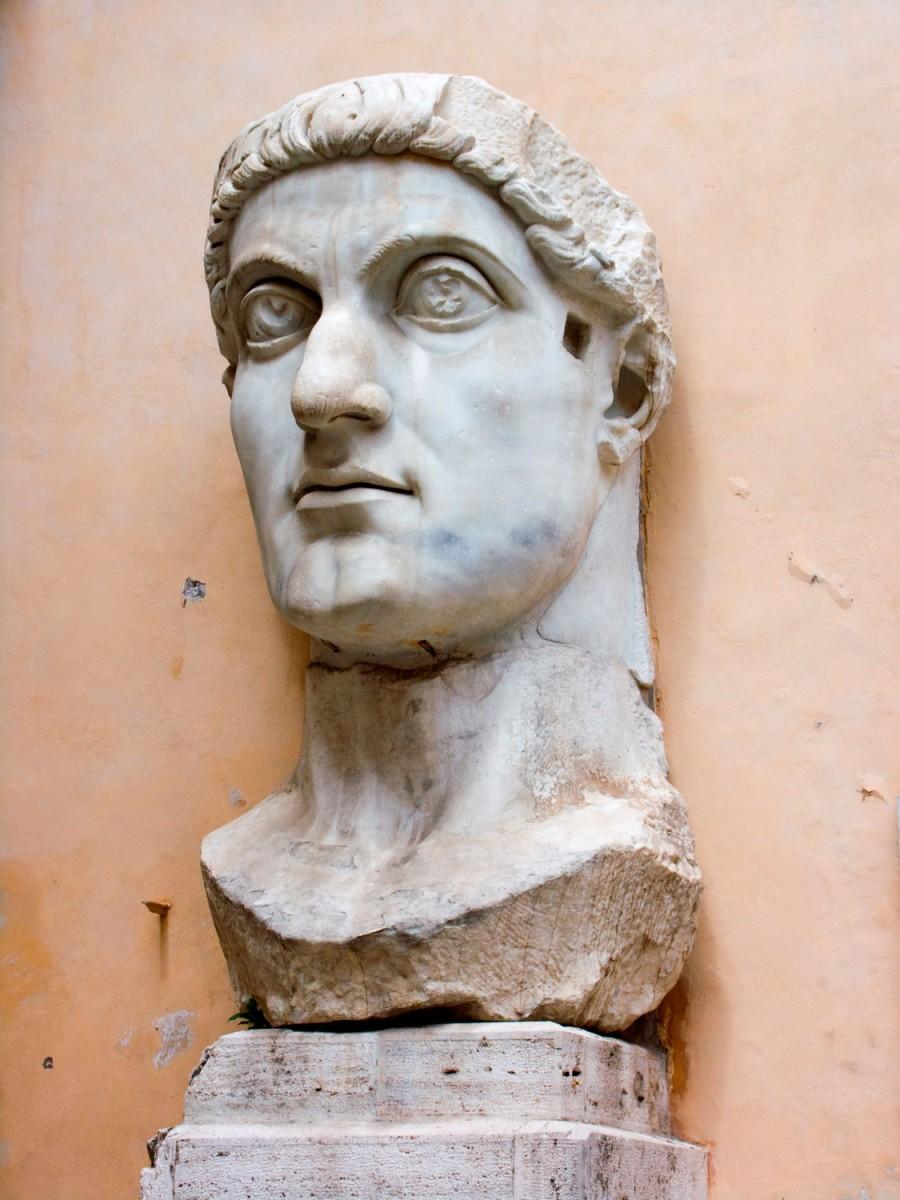 Εικ. 3. Κεφάλι από το κολοσσιαίο άγαλμα που φιλοτεχνήθηκε μετά τη νίκη του Κωνσταντίνου επί του Μαξέντιου. Μουσεία Καπιτωλίου, Ρώμη.