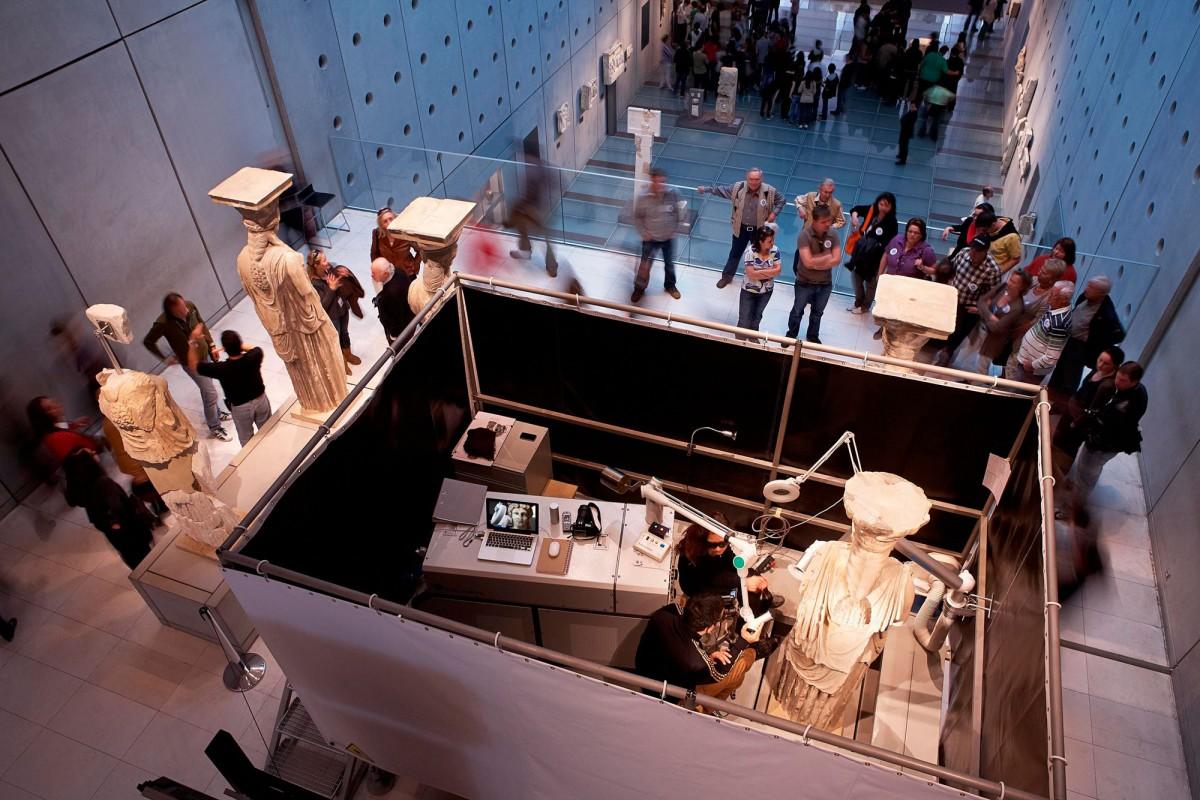 Εργασίες συντήρησης των Καρυάτιδων του Ερεχθείου. © Μουσείο Ακρόπολης. Φωτογραφία: Γιώργος Βιτσαρόπουλος.