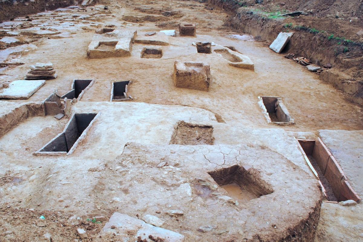 Εικ. 5. Κιβωτιόσχημοι και λακκοειδείς τάφοι.