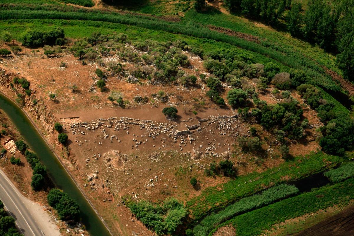 Εικ. 2. Αεροφωτογραφία της οχύρωσης. Πρόκειται για το καλύτερα διατηρημένο τμήμα του τείχους. Στο μέσον διακρίνεται ο πύργος.