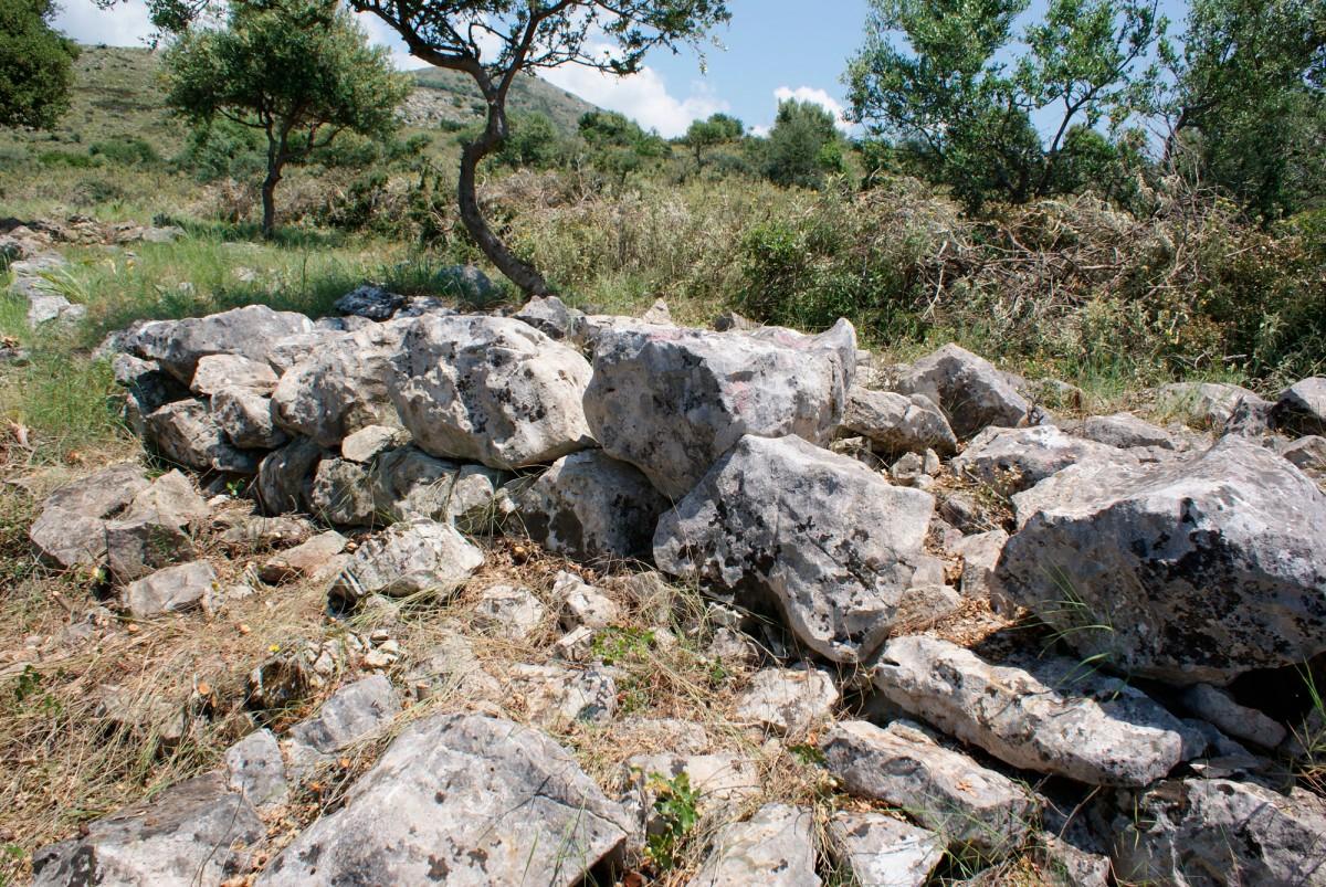 Εικ. 4. Οχύρωση Τριών Εκκλησιών. Λεπτομέρεια του τείχους επί του λόφου ΒΑ της σημερινής Ε.Ο. Αντιρρίου-Ιωαννίνων.