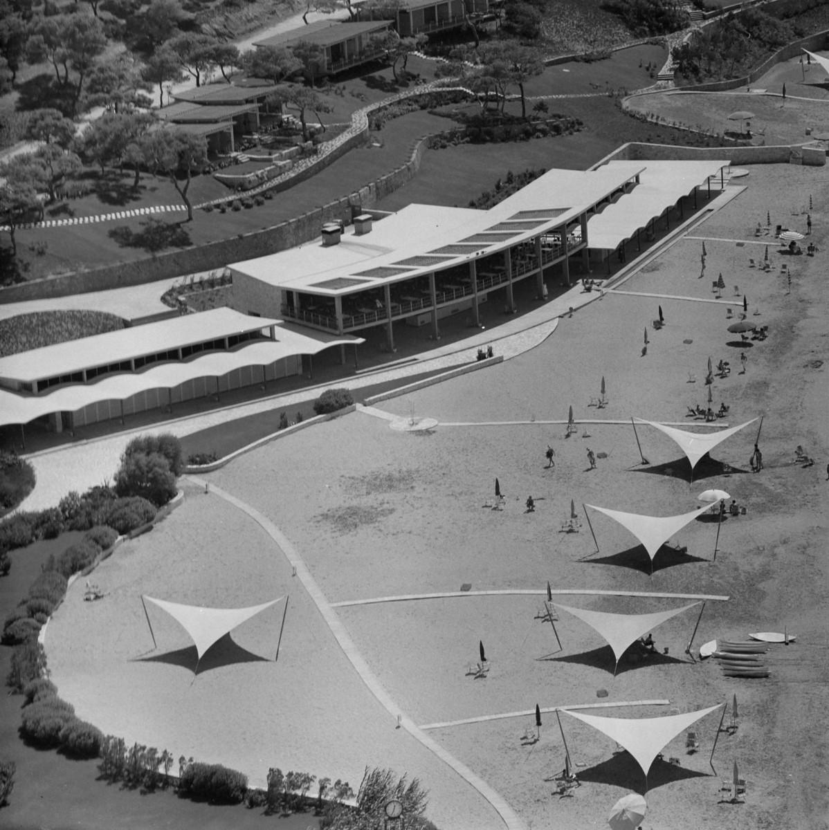 Λουτρικές εγκαταστάσεις Ακτής Αστέρος Βουλιαγμένης, 1959. Έργο του Εμμανουήλ Βουρέκα. Συνεργάτες αρχιτέκτονες:  Π. Σακελάριος, Π. Βασιλειάδης.