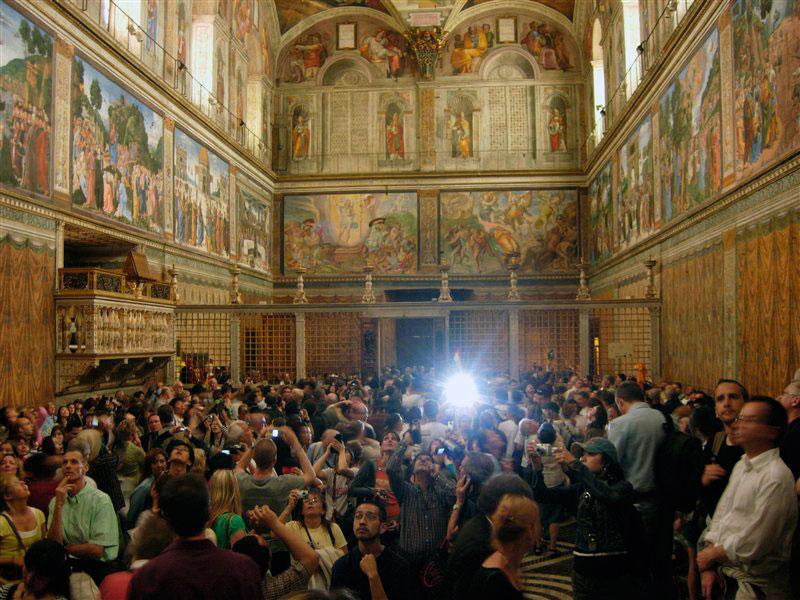 Τα πλήθη των επισκεπτών οδηγούν στην καταστροφή τις υπέροχες τοιχογραφίες της Καπέλα Σιστίνα.