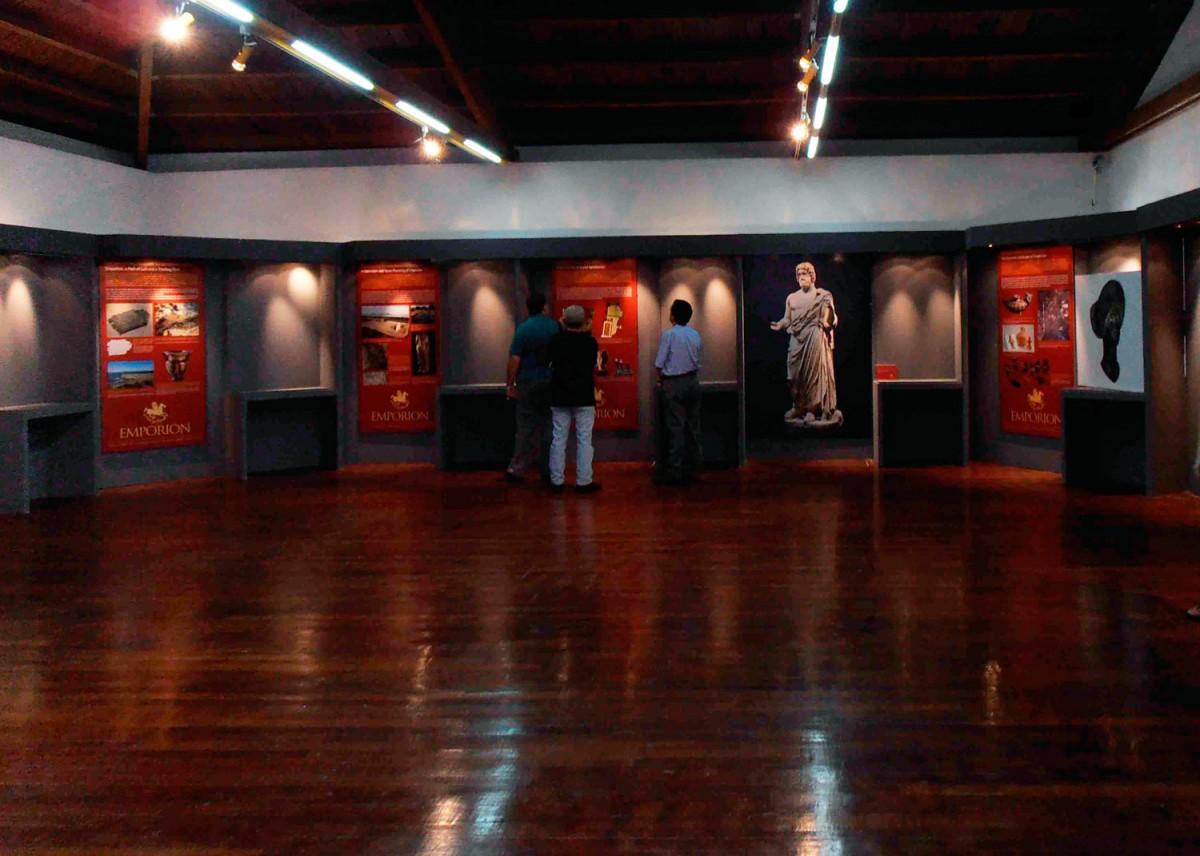 Άποψη της έκθεσης «ΕΜΠΟΡΙΟΝ, Πύλη εισόδου του ελληνικού πολιτισμού στην Ιβηρική χερσόνησο», που φιλοξενείται στο Αρχαιολογικό Μουσείο Λαμίας.