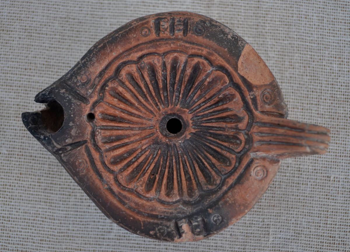 Εικ. 1. Λυχνάρι από το Ζάρκο Τρικάλων, 5ος αιώνας μ.Χ.