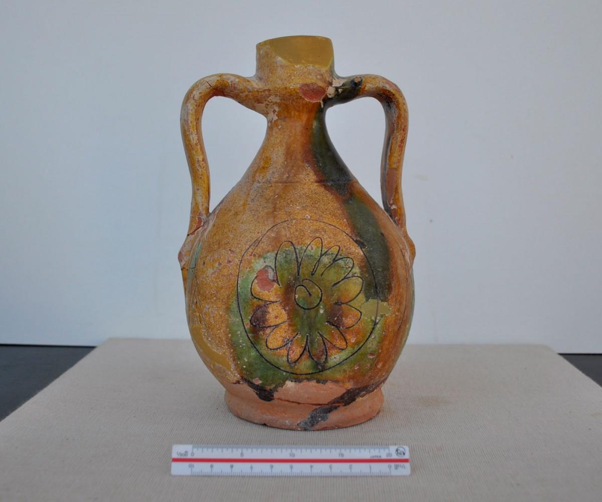 Εικ. 11. Κανάτι με δύο λαβές από τα Τρίκαλα, μεταβυζαντινή περίοδος.
