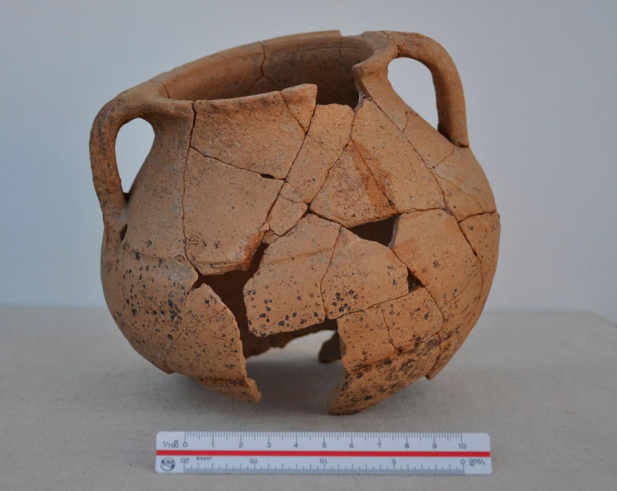 Εικ. 2. Μικρή χύτρα από το Ζάρκο Τρικάλων, πρωτοβυζαντινή περίοδος.