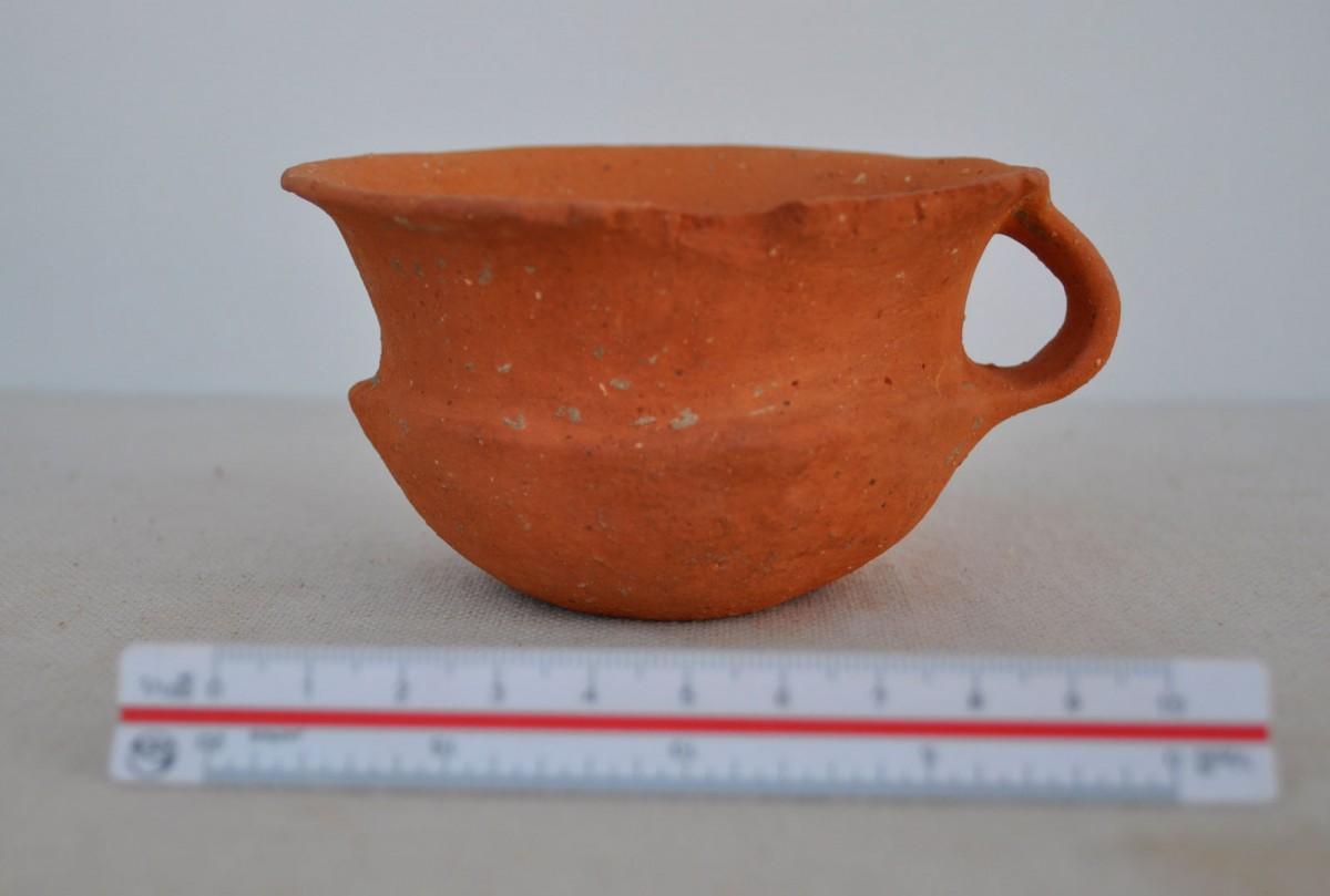 Εικ. 4. Ακόσμητο κύπελλο με μία λαβή από την Οβριάσα Πλατάνου, πρωτοβυζαντινή περίοδος.