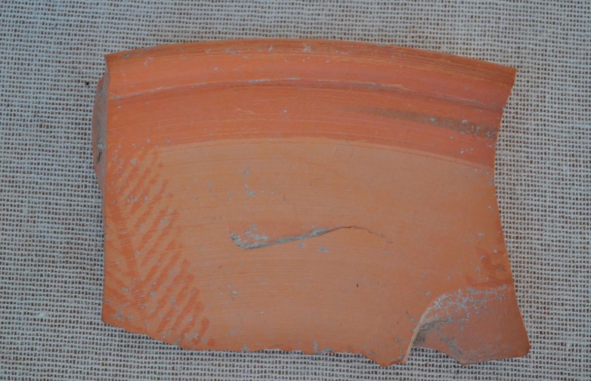 Εικ. 7. Πινάκιο με ερυθροβαφή διακόσμηση εσωτερικά, από την Οβριάσα Πλατάνου, 6ος αι. μ.Χ.