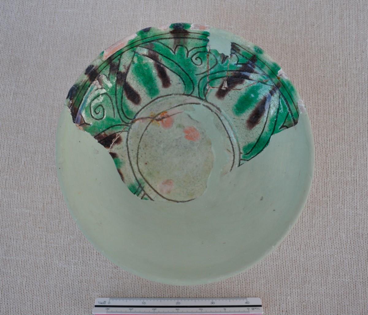 Εικ. 9. Κούπα με εγχάρακτη διακόσμηση και εφυάλωση από τα Τρίκαλα, 15ος-16ος  αι.