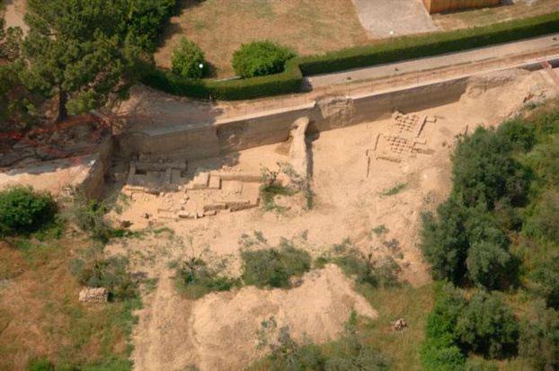 Τα κατάλοιπα του μικρού ιερού της Δήμητρας Χαμύνης, που βρέθηκαν κάτω από τον δρόμο (αριστερά στη φωτογραφία), και το ρωμαϊκό λουτρό (δεξιά).