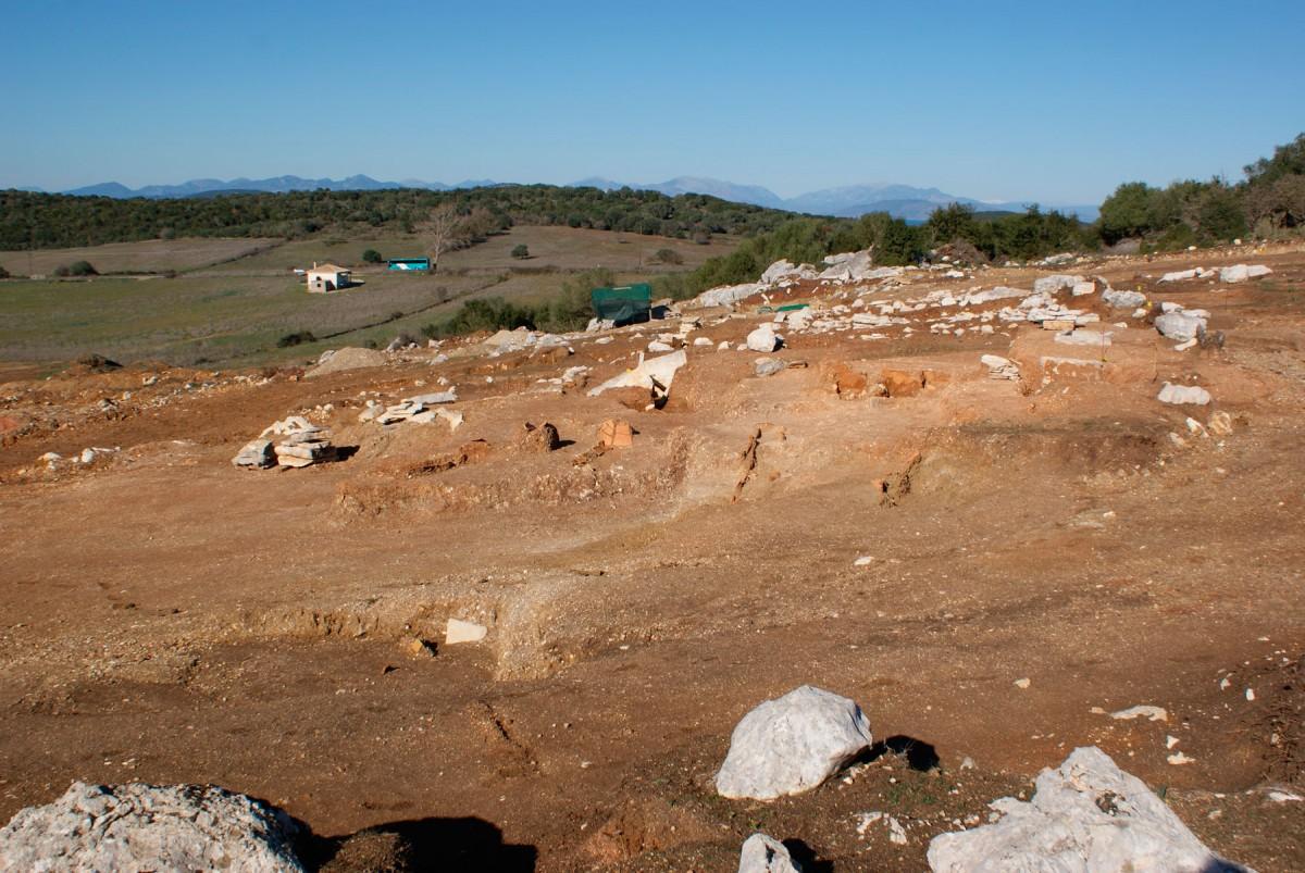 Εικ. 4. Άποψη του νεκροταφείου. Στο βάθος διακρίνεται ο λόφος της οχύρωσης της αρχαίας πόλης Ανακτόριο.
