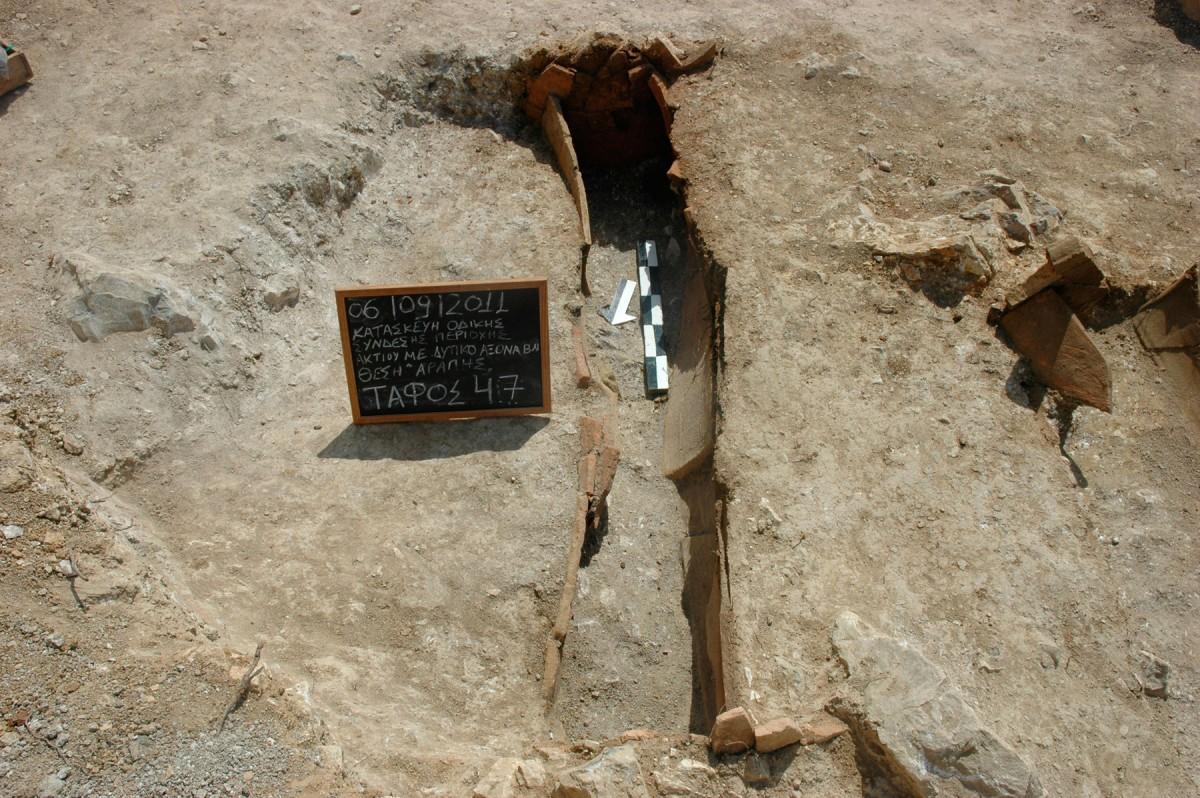 Εικ. 6. Κεραμοσκεπής τάφος από το νεκροταφείο Ανακτορίου.
