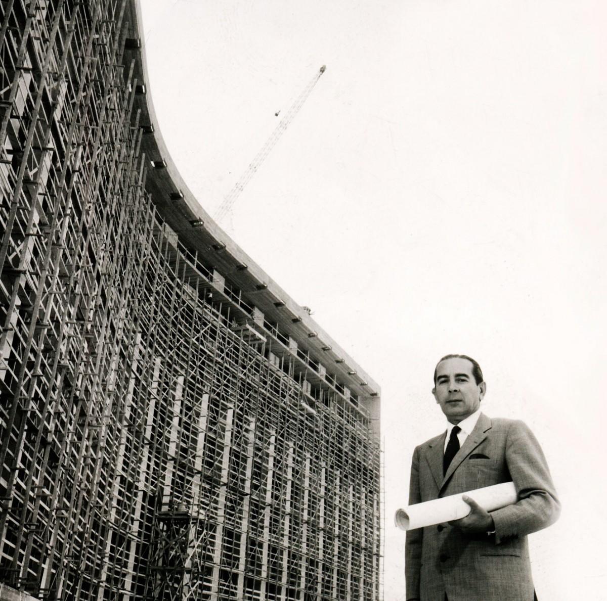 Ο Εμμανουήλ Βουρέκας μπροστά από το ξενοδοχείο Hilton Athens.