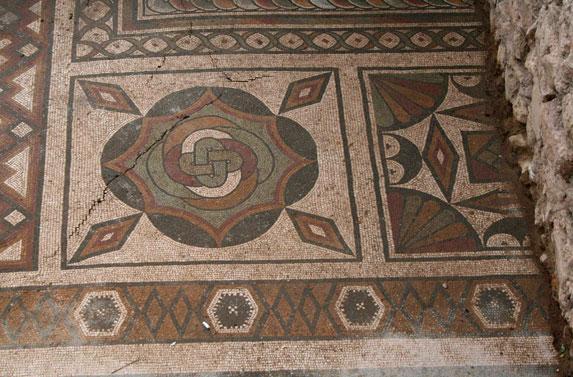 Γεωμετρικά σχήματα και σύμβολα κυριαρχούν στο ψηφιδωτό δάπεδο του περίφημου triclinium, στην αρχαία Πλωτινόπολη.