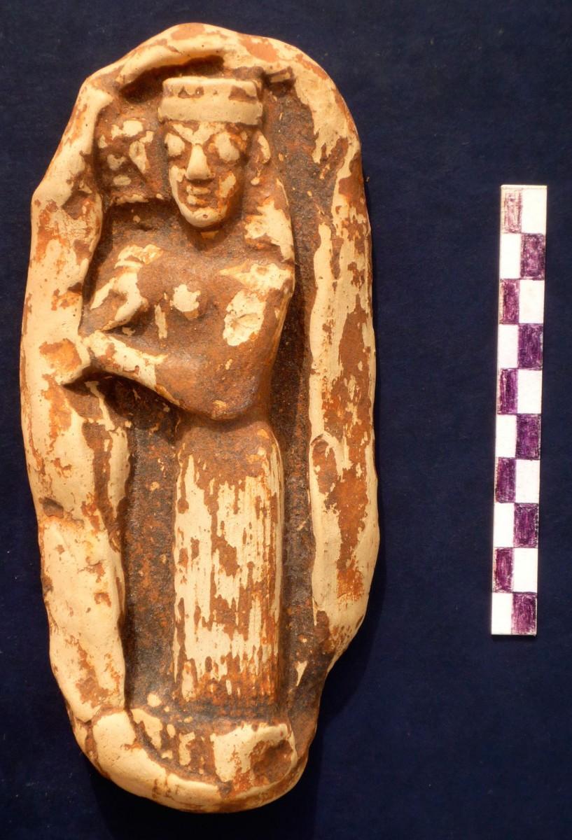 Εικ. 1. Αρχαίο ειδώλιο. Απεικονίζεται όρθια γυναικεία μορφή που κρατά στα χέρια της μικρό ζώο.