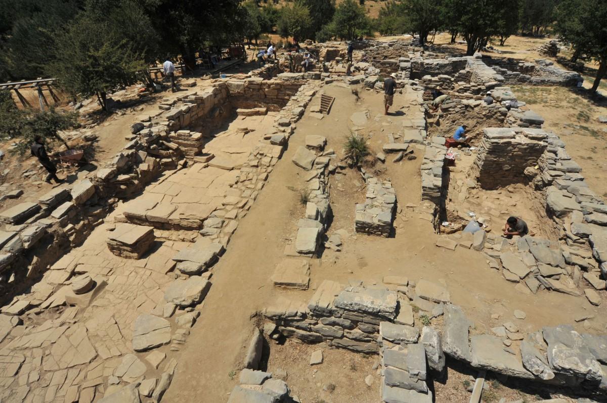 Εικ. 1. Η αρχαιολογική σκαπάνη ξεγυμνώνει σταδιακά τους τοίχους του κτηρίου από το χώμα.