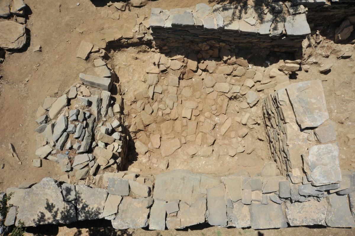 Εικ. 4. Χώρος 7. Διατηρεί  δάπεδο ορόφου από πλάκες σχιστολίθου σε όλη την επιφάνεια, πεσμένες λοξά από Νότο προς Βορρά.