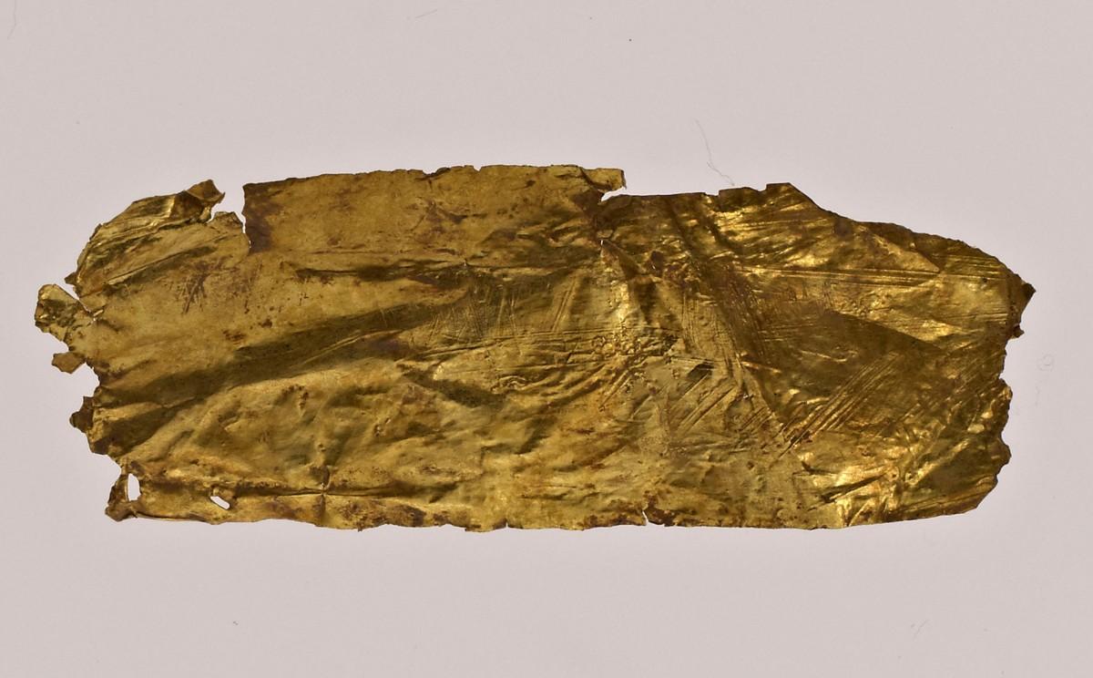 Εικ. 6. Χρυσό έλασμα τυλιγμένο, το οποίο όταν ξετυλίχθηκε έδωσε την εικόνα ενός πλοίου χαραγμένου στο πολύτιμο υλικό.