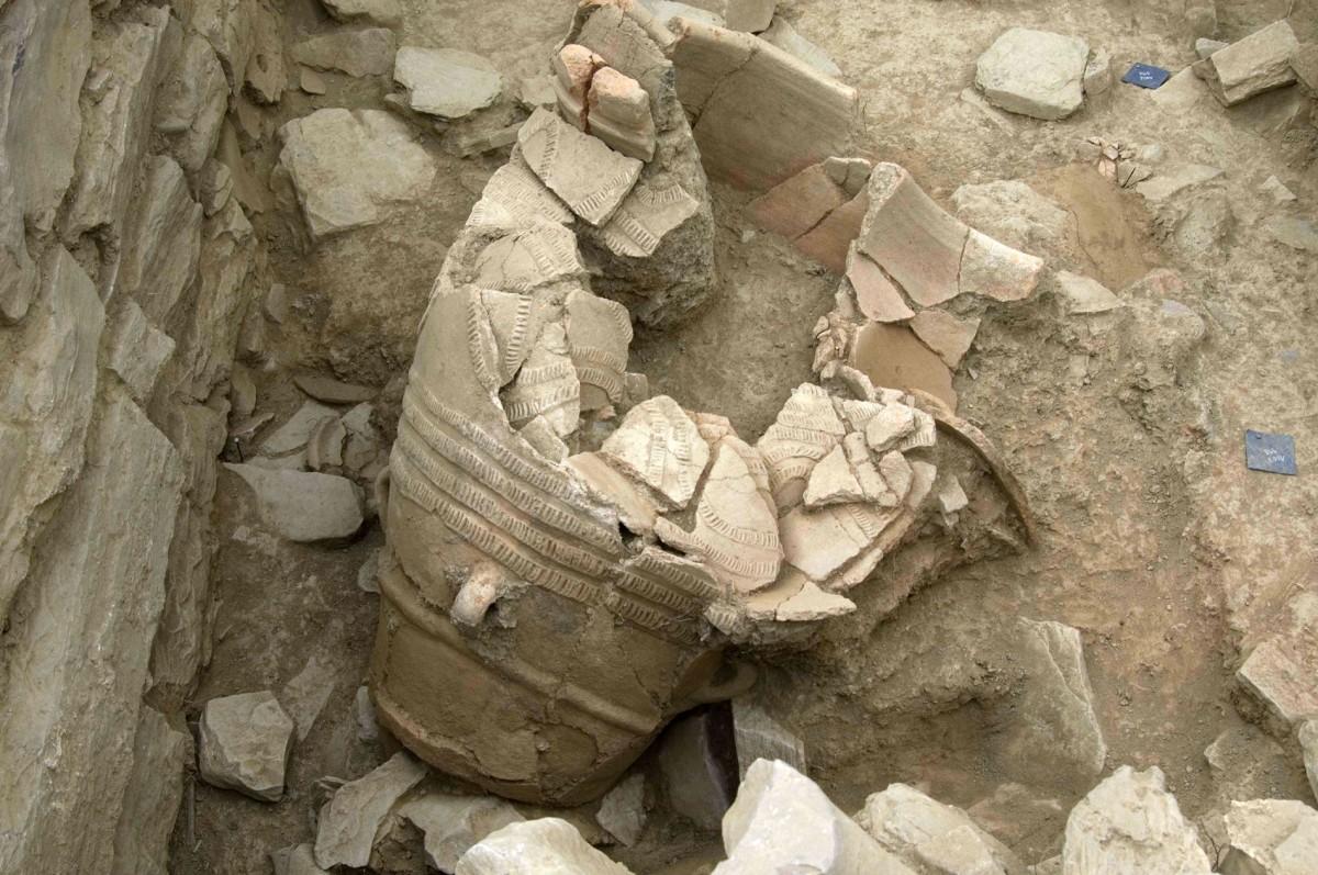 Εικ. 15. Μεγάλος πίθος διακοσμημένος με καταλοιβάδες και πλαστική σχοινοειδή διακόσμηση που βρέθηκε στο ισόγειο του Χώρου 15.