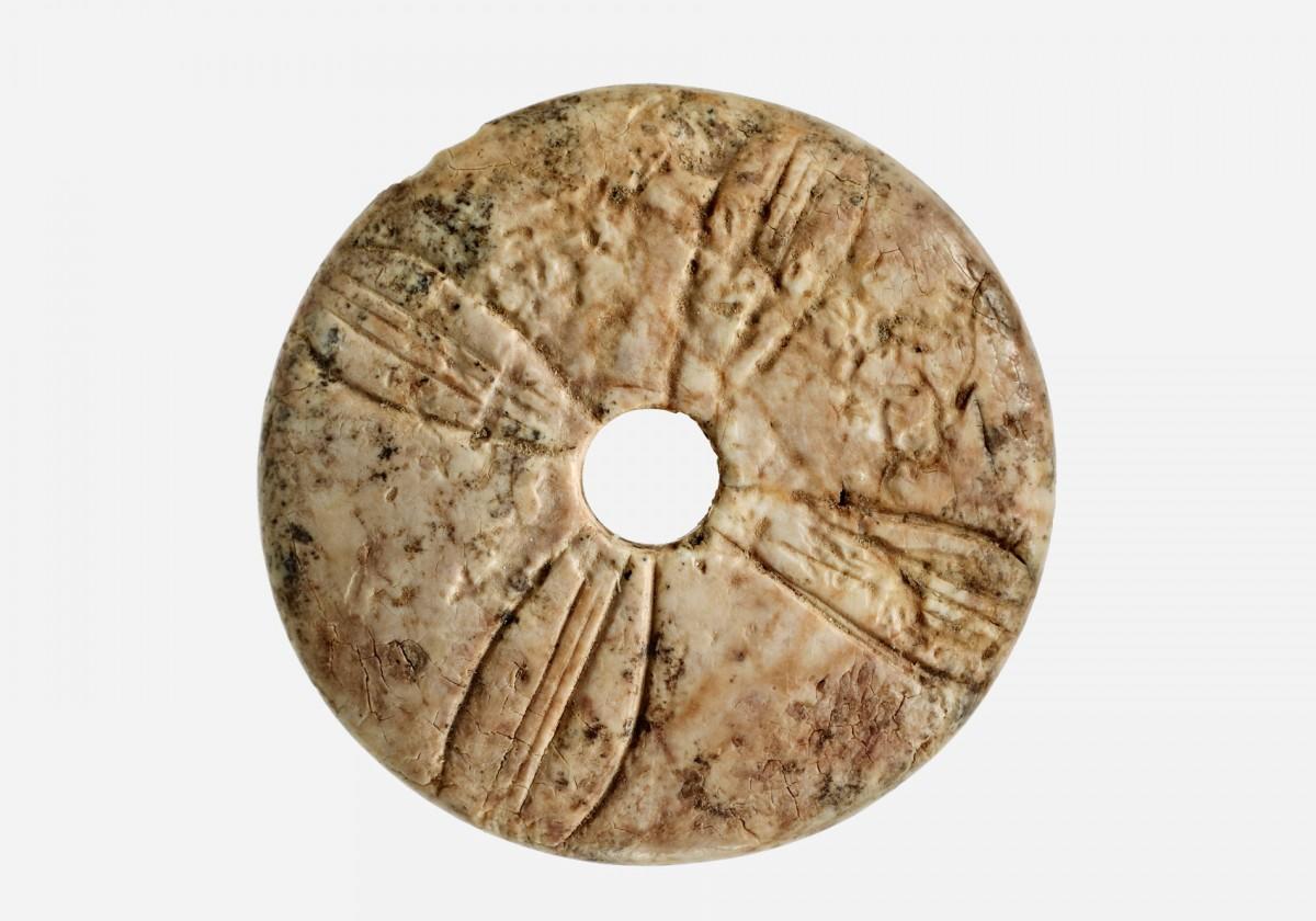 Εικ. 18. Περίτεχνη κεφαλή οστέινης περόνης, από τον άνω όροφο του Χώρου 49.